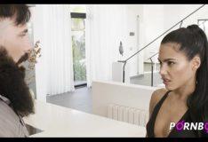 PORNBCN 4K Narcos parodie   L'adolescente Apolonia Lapiedra baise durement le travailleur impoli de son père   french sous-titré français Fellation footjob lécher la chatte hardcore en levrette hd